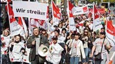 Streikende Beschäftigte im Handel